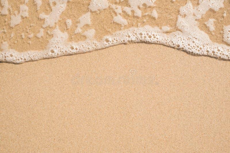 Onda morbida sulla spiaggia di sandy fotografie stock