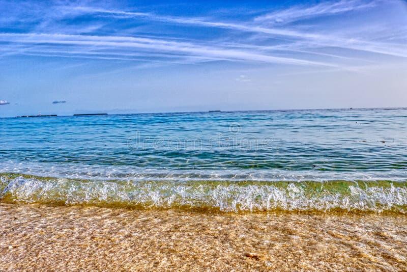A onda na praia da ilha de Maldivas fotografia de stock