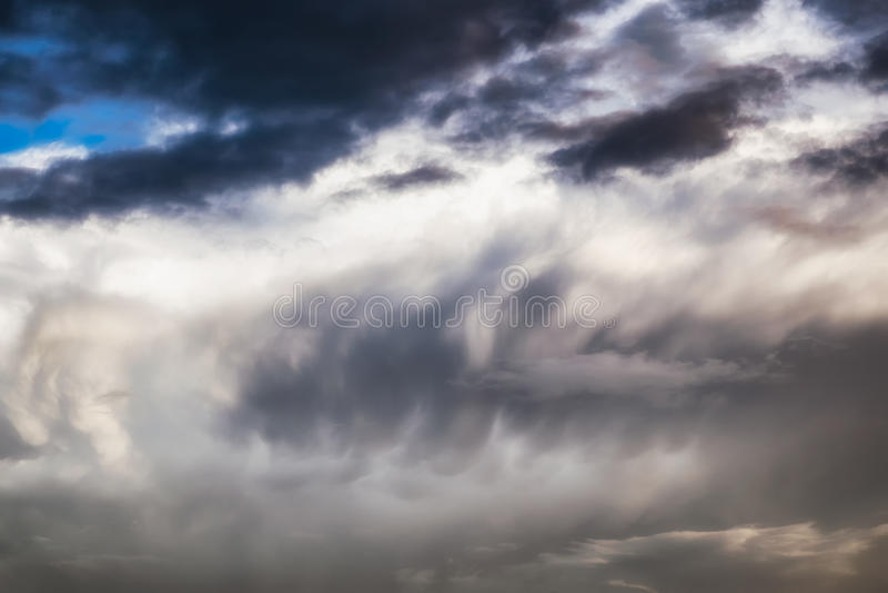 Onda nebulosa escura dramática fotografia de stock