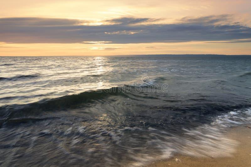 Onda no mar incomodado do alvorecer foto de stock