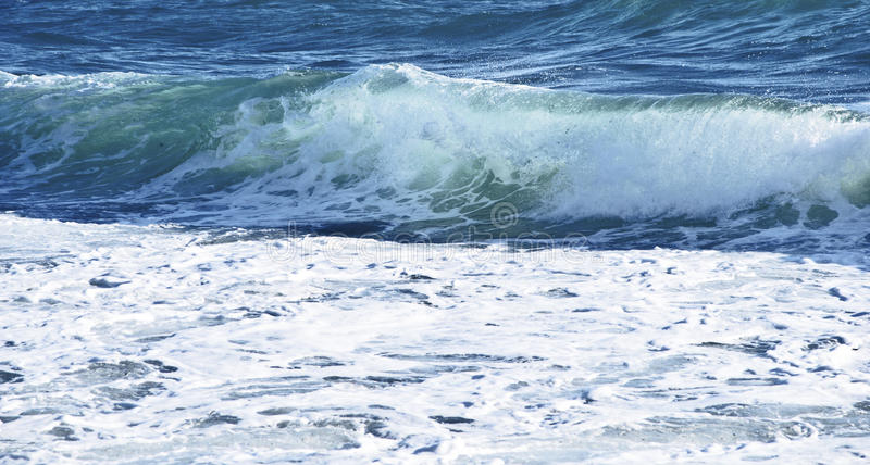 Onda. Onde e schiuma del mare mosso dal vento royalty free stock image
