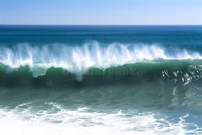 Onda potente lungo la spiaggia fotografie stock