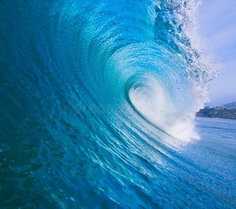 Onda praticante il surfing epica immagini stock