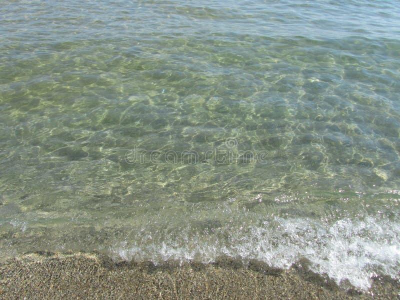 Onda pulita del mare con ombra sotto schiuma immagine stock libera da diritti