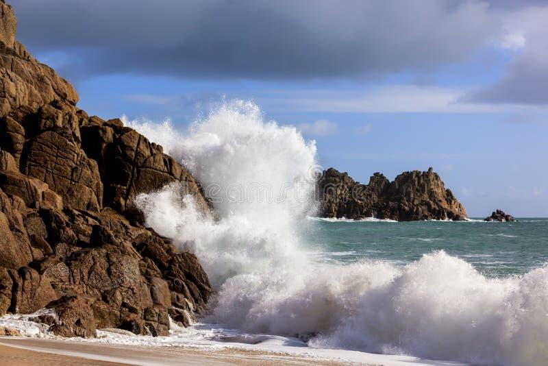 Onda que deixa de funcionar em rochas Cornualha Inglaterra foto de stock royalty free