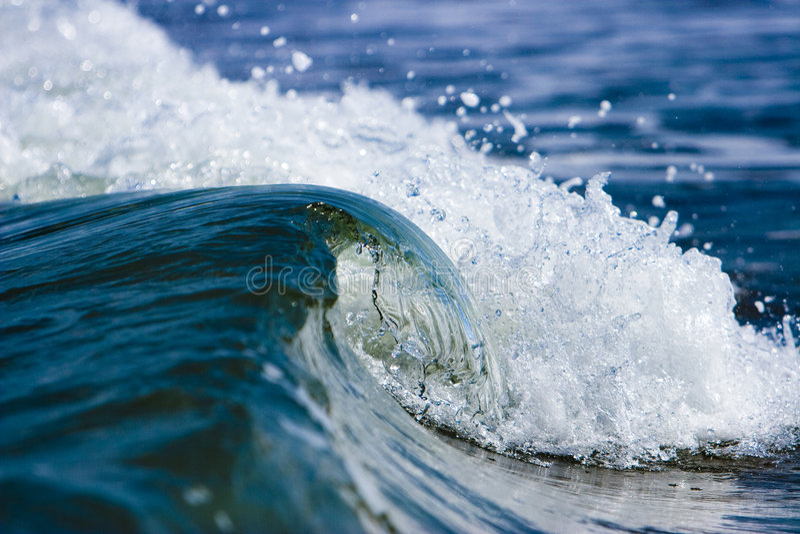 Onda salvaje del mar imagenes de archivo