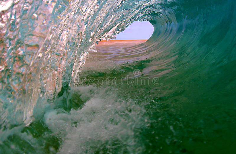 Onda surfando do oceano perfeito imagens de stock royalty free
