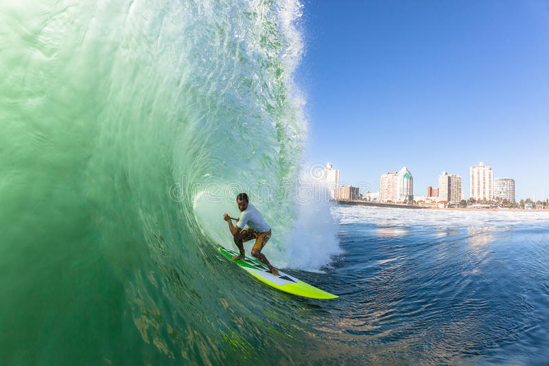 Onda surfando do SUP do surfista fotografia de stock royalty free