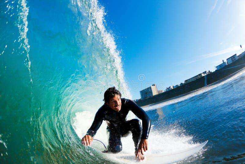 Onda surpreendente de montada do surfista imagem de stock