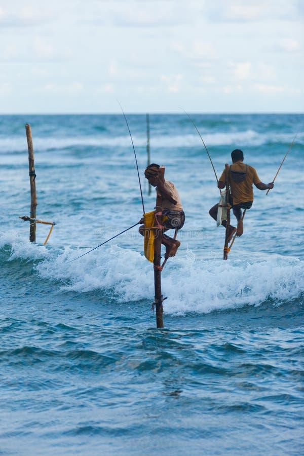 Onda tradizionale del tuffo della Sri Lanka Palo di pesca dello Stilt fotografie stock libere da diritti