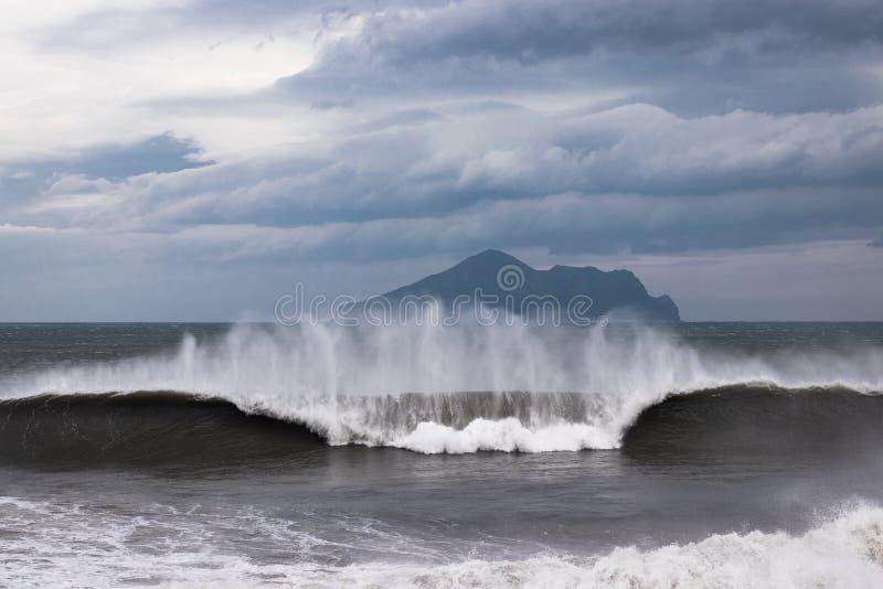 Onda ventosa que interrumpe la costa de Taiwán fotos de archivo