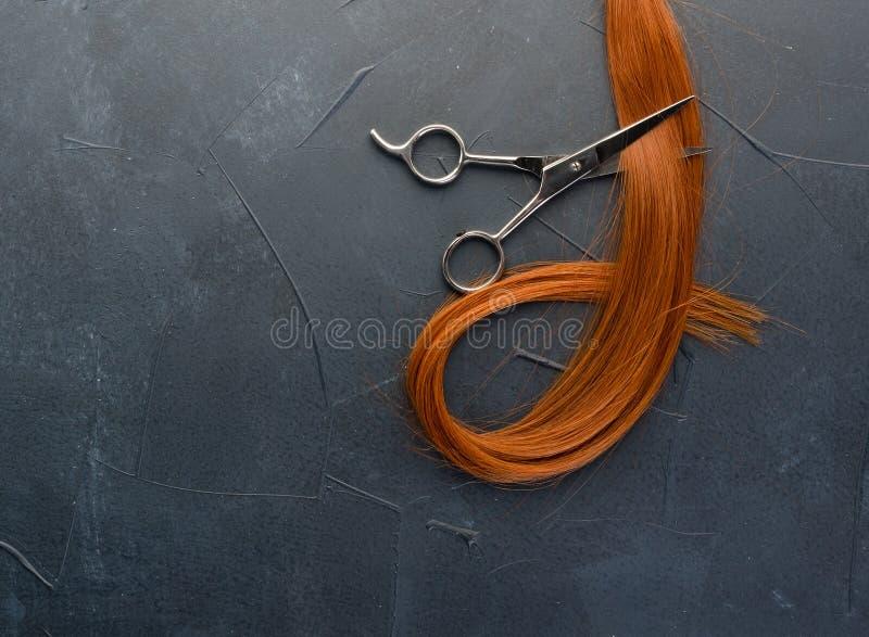 Onda vermelha do cabelo e de tesouras naturais imagens de stock royalty free