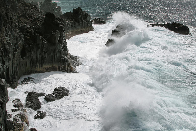 Ondas ásperas na costa oeste da ilha de Palma do La, imagens de stock