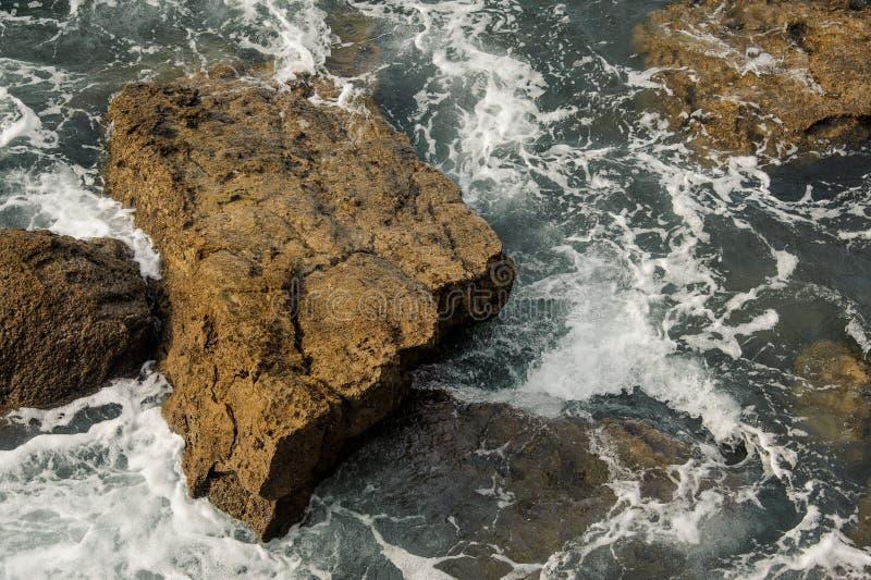Ondas altas que batem as rochas do mar na costa imagens de stock