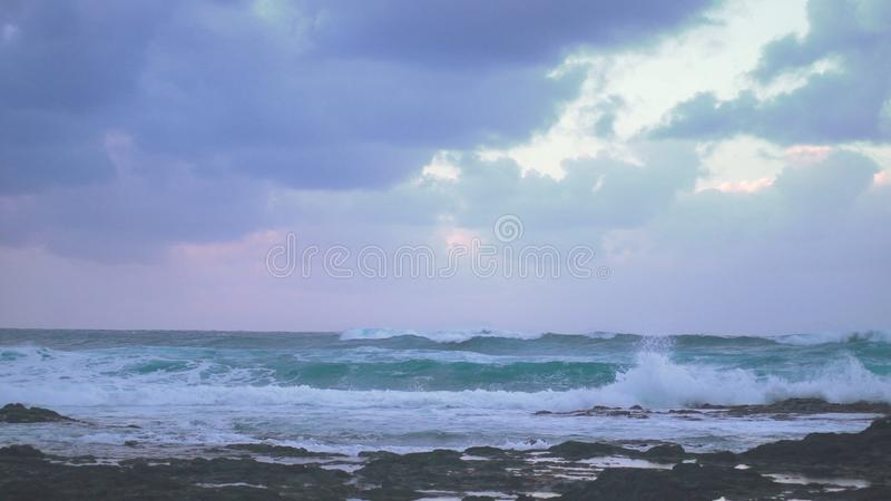 Ondas antes del panorama de la tormenta de la costa costa atlántica imagenes de archivo