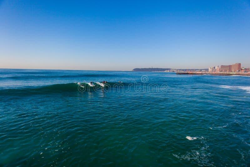 Ondas Apacibles Que Practican Surf Durban Imagen de archivo editorial