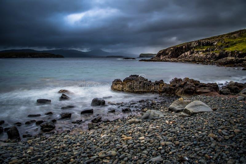 Ondas atlânticas no treinador de pedra On The Isle de Skye In Scotland fotos de stock