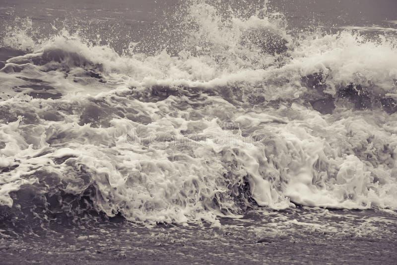 Ondas azules del fondo del mar con espuma fotografía de archivo