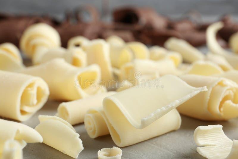 Ondas brancas saborosos do chocolate na tabela foto de stock royalty free