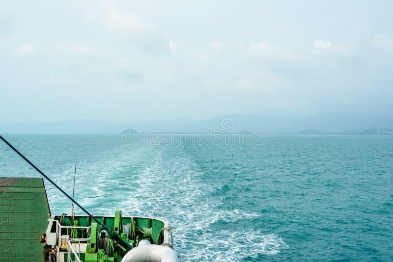 Ondas causadas enviando en el mar imagen de archivo