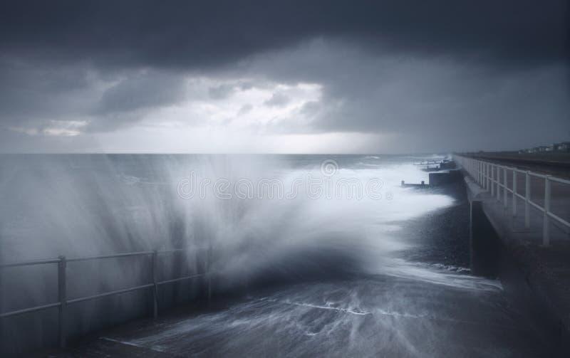 Ondas causando um crash do tempo da tempestade fotos de stock royalty free