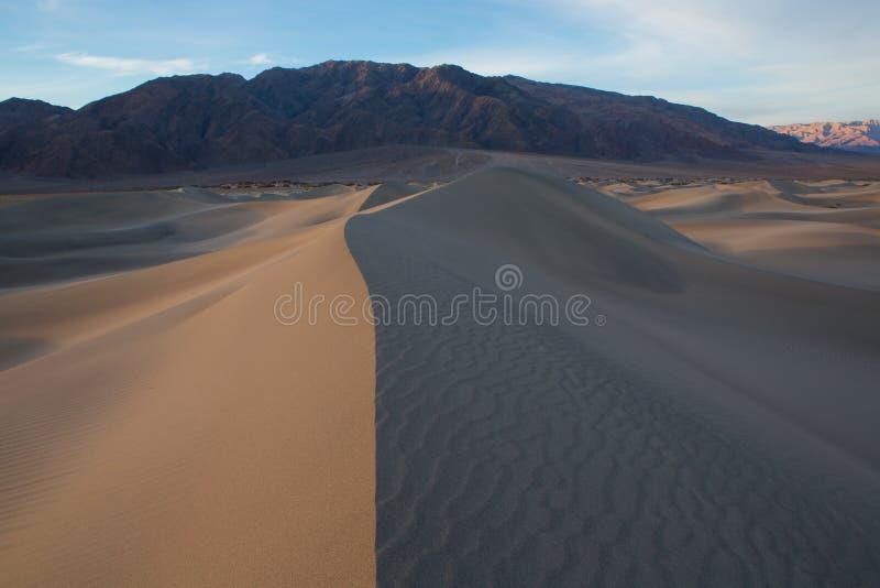 Ondas da areia sobre as dunas NASCER DE O SOL Deserto no Mesquite F foto de stock royalty free