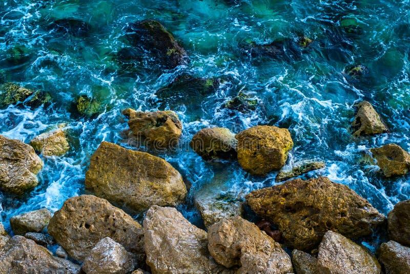 Ondas da costa de mar Mediterrâneo imagem de stock royalty free