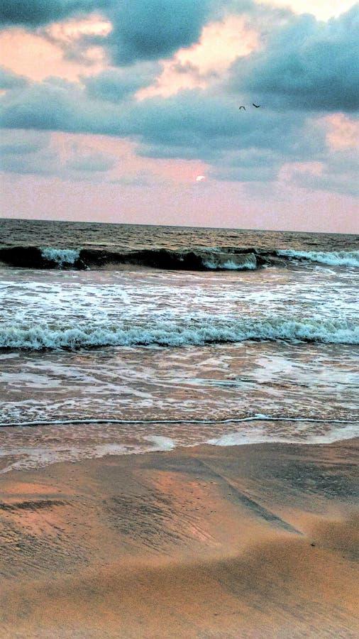 Ondas da noite do mar da praia imagens de stock royalty free