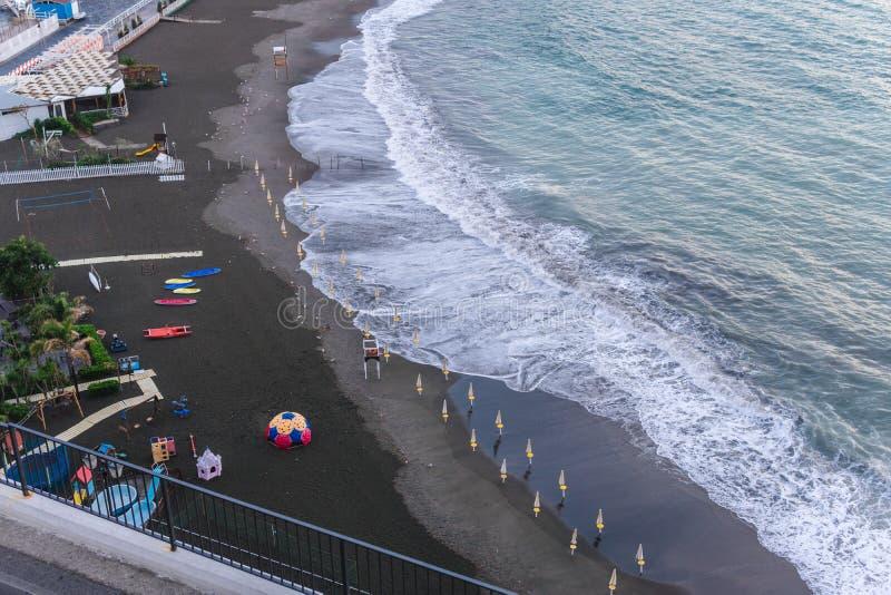 Ondas da praia das nuvens de tempestade do mar na ba?a de Sorrento do meta em It?lia, fim da esta??o, tempo frio fotos de stock royalty free