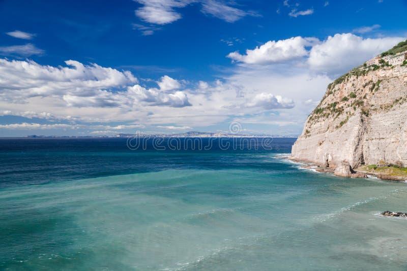 Ondas da praia das nuvens de tempestade do mar na ba?a de Sorrento do meta em It?lia, fim da esta??o, tempo frio imagens de stock