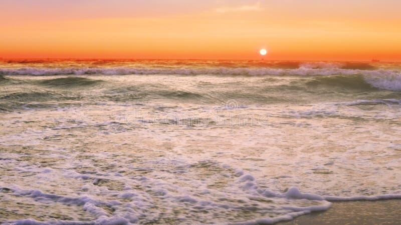 Ondas da tempestade do por do sol que deixam de funcionar durante a noite ventosa fotografia de stock