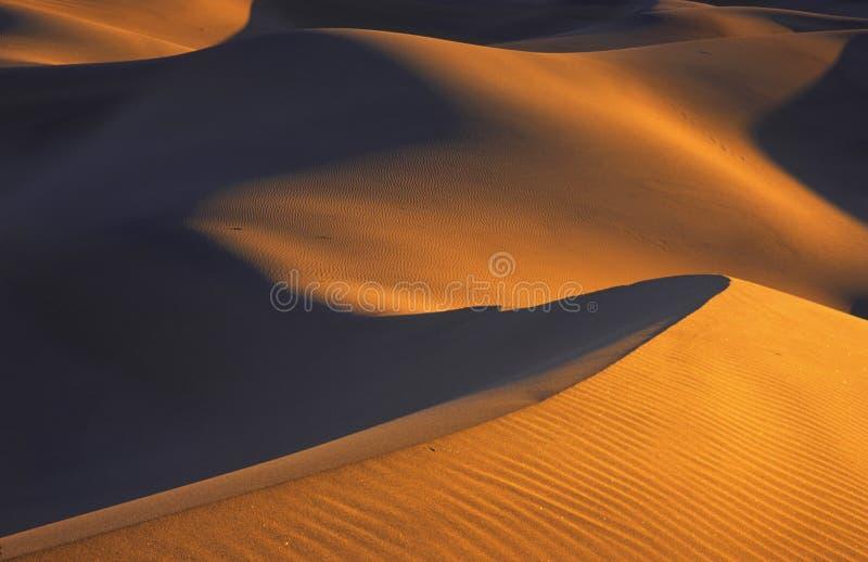 Ondas de arena en la puesta del sol fotos de archivo