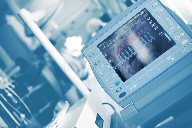 Ondas de ECG e imagen de Roentgen del pecho en el monito del conectado a una máquina que mantiene las constantes vitales fotos de archivo libres de regalías