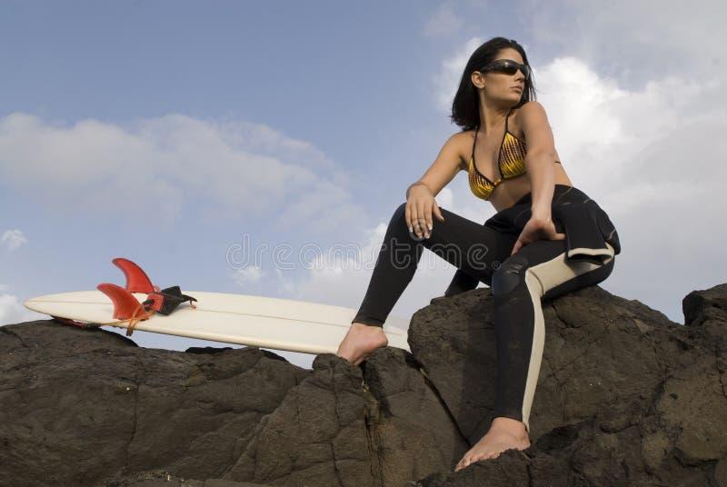 Ondas de espera da menina bonita do surfista fotos de stock