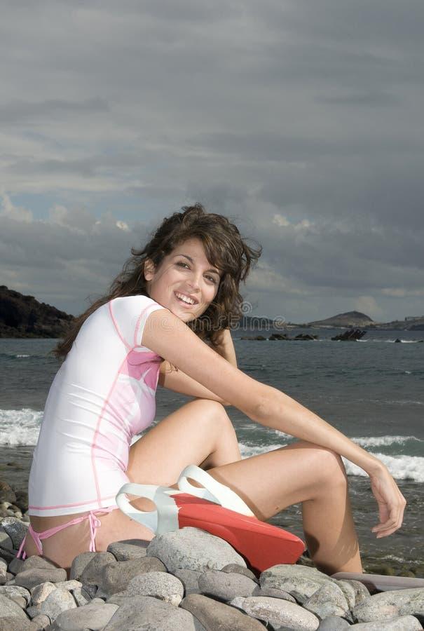 Ondas de espera da menina bonita do surfista fotografia de stock royalty free
