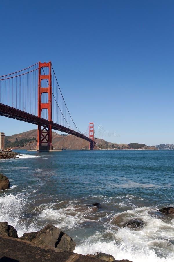 Ondas de golden gate bridge foto de stock