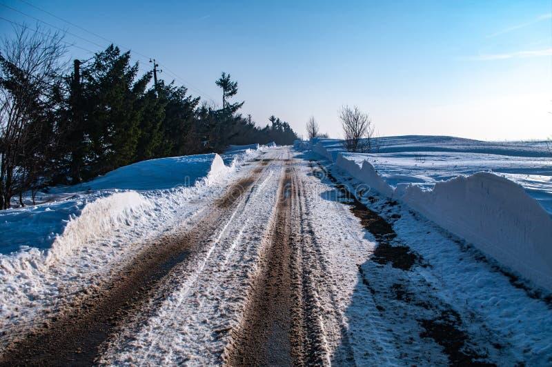 Ondas de la nieve en el camino imagen de archivo libre de regalías