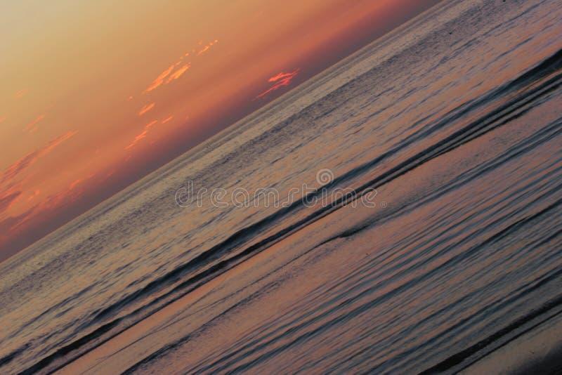Ondas de la puesta del sol imágenes de archivo libres de regalías