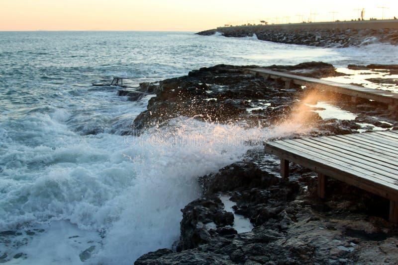 Ondas de la tormenta en la playa y el cielo azul, mar Mediterráneo, España fotos de archivo