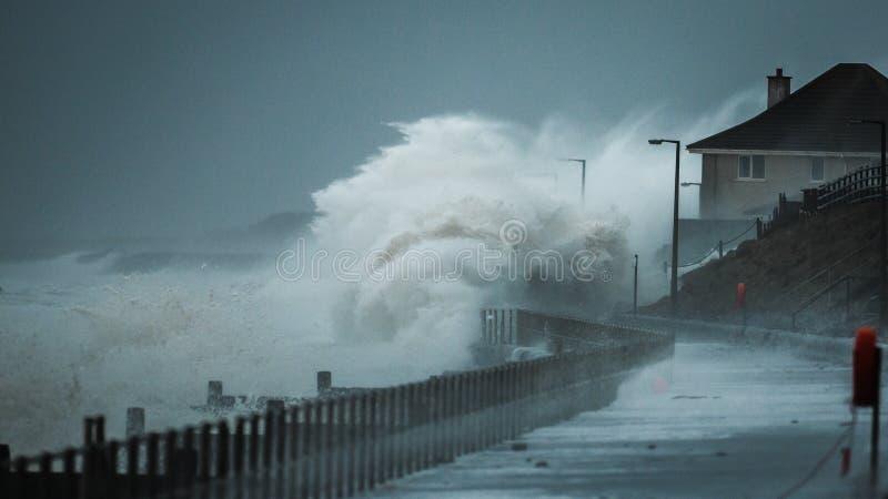 Ondas de la tormenta que estropean la costa costa BRITÁNICA fotografía de archivo