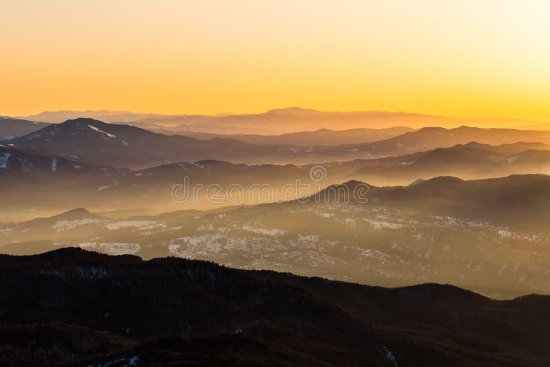 Ondas de montaña en la salida del sol imágenes de archivo libres de regalías