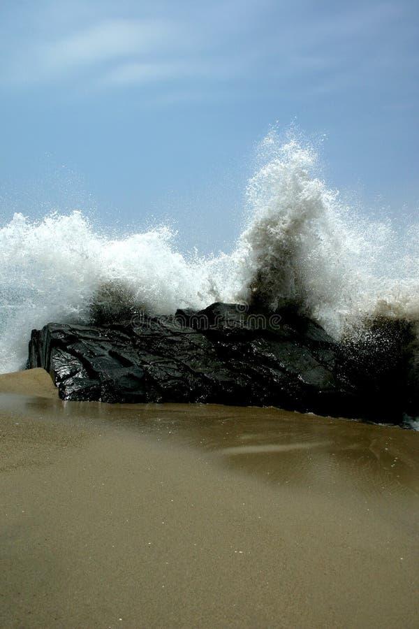 Ondas de océano en las rocas imagenes de archivo