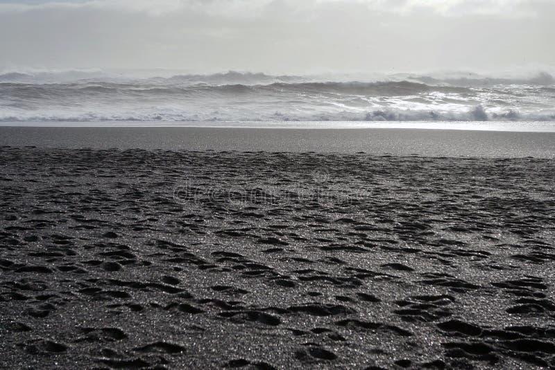 Ondas de Oceano Atlântico norte em Islândia imagens de stock royalty free