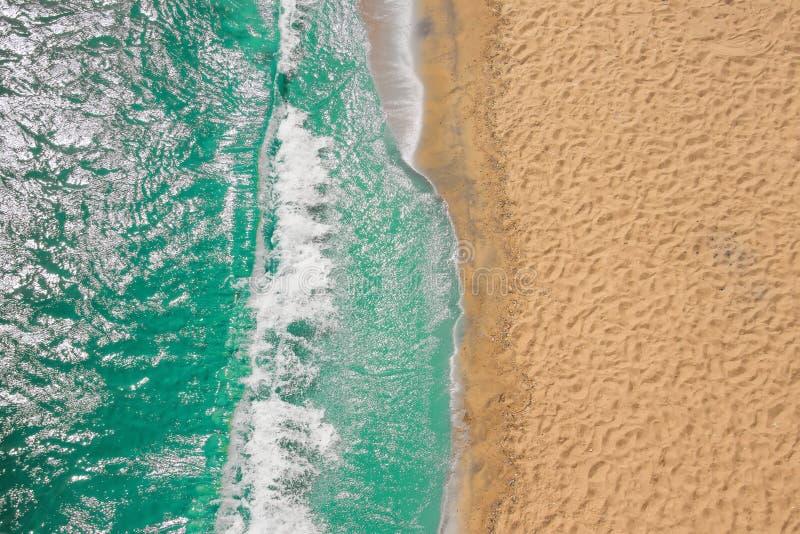 Ondas de oceano da praia do litoral com espuma na areia Vista superior do zangão imagem de stock
