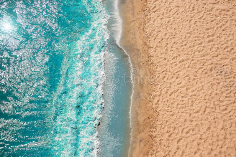 Ondas de oceano da praia do litoral com espuma na areia Vista superior do zangão fotos de stock