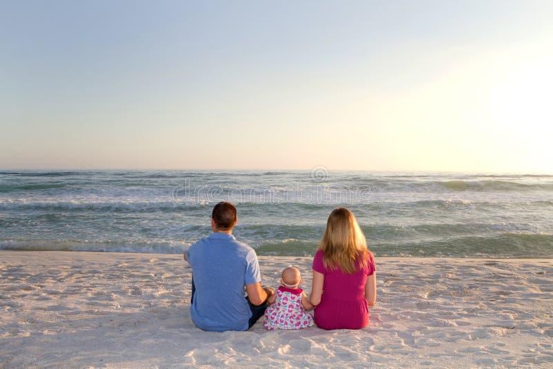 Ondas de oceano de observação da família foto de stock