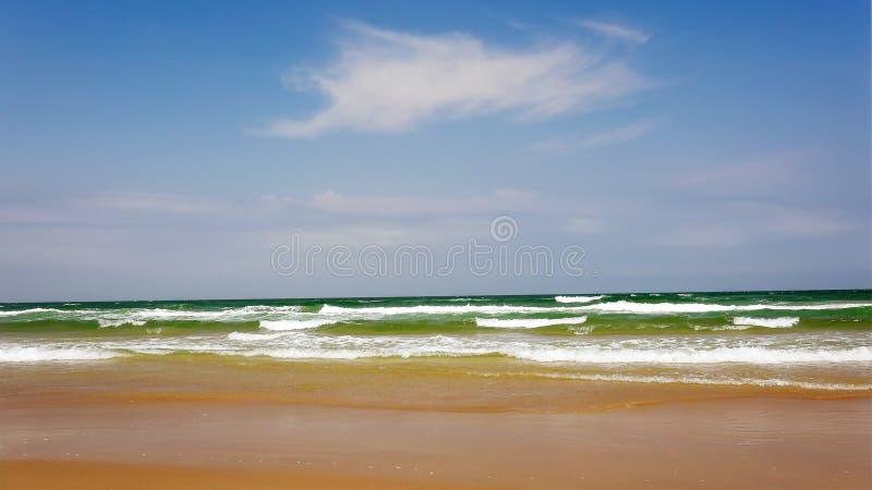 Ondas de oceano do Golfo do México na ilha sul do capelão, Texas imagem de stock