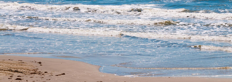 Ondas de oceano do panorama e praia de Sandy foto de stock royalty free