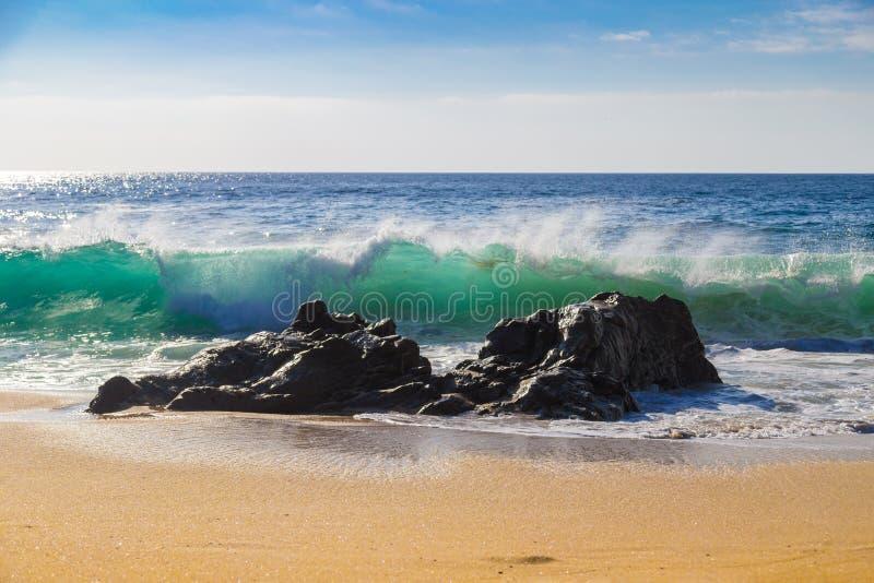 Ondas de oceano enormes que esmagam em rochas na praia de estado de Garrapata em C foto de stock
