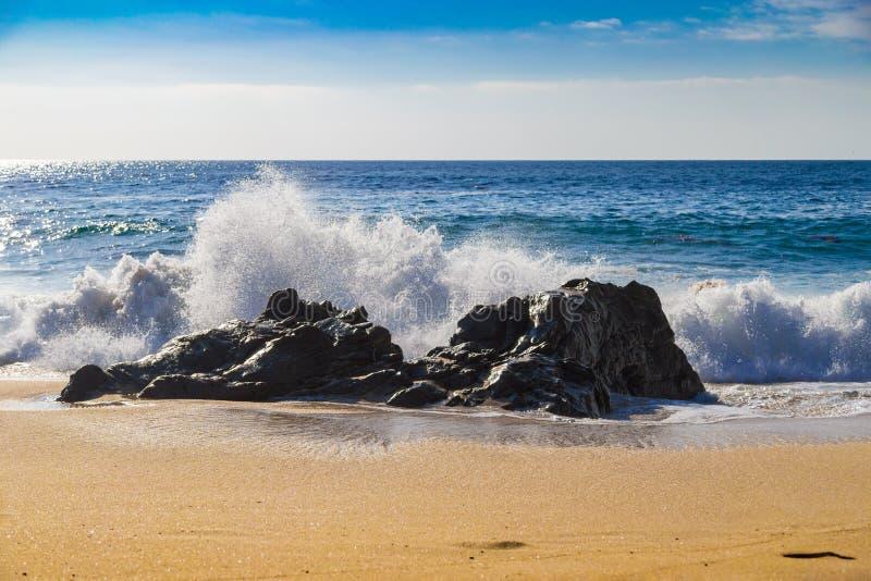 Ondas de oceano enormes que esmagam em rochas na praia de estado de Garrapata em C foto de stock royalty free